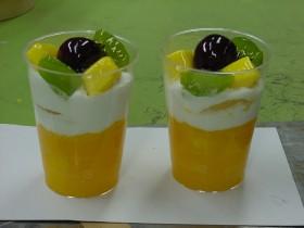 キウイ・マンゴーのパフェ 食品サンプル
