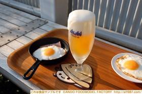 ビールと目玉焼きの食品サンプル